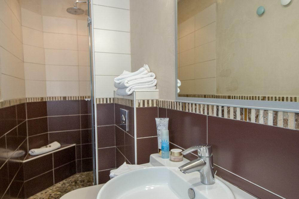 Salle de bain hôtel le thimothée saint raphaël