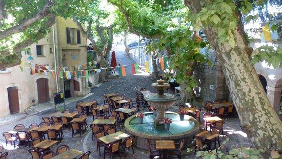 place avec fontaine village cote d'azur